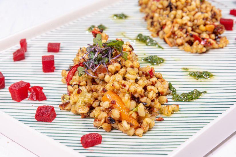 Bulgur mediteranean servit cu amestec de legume, alune de pădure si sfeclă roșie murata