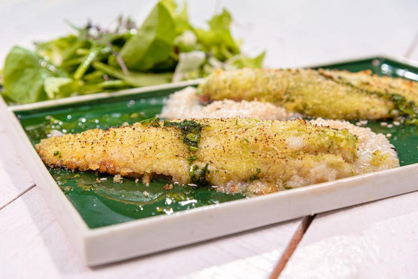 File de biban în crustă verde, piure de țelină cu semințe de susan, mix de salate