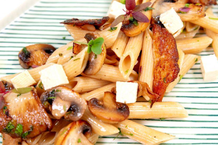 Penne integrale cu sos de ciuperci și tofu