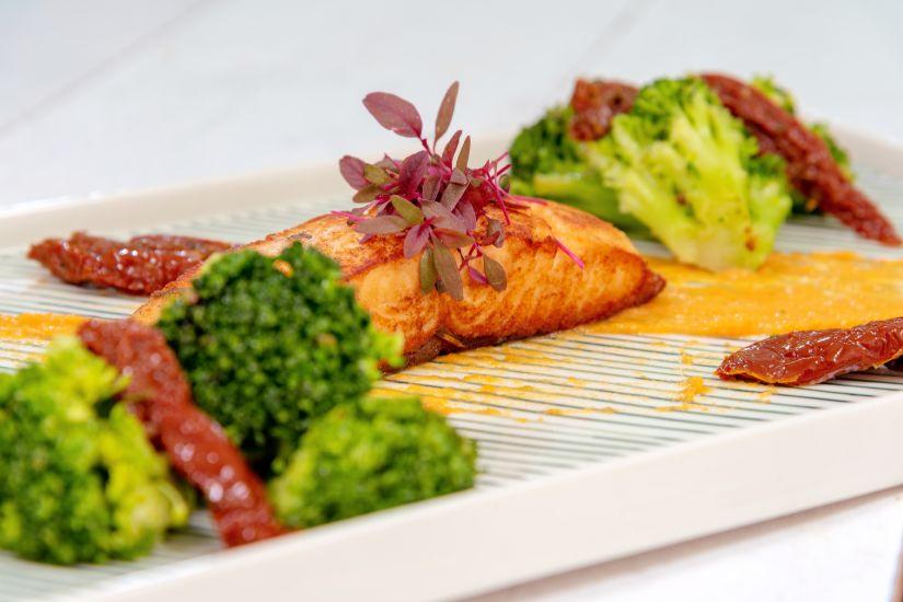 File de somon și coulis de morcovi cu lămâie, broccoli și roșii uscate