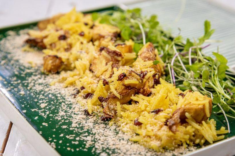 Rață confit, salată asiatică cu piersici și dressing cu unt de arahide