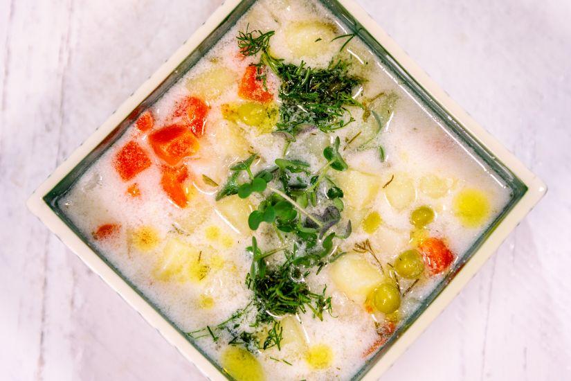 Ciorbă de cartofi cu tarhon și iaurt de soya