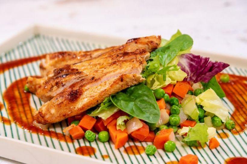 Piept de rață în sos de ardei copt,varză roșie