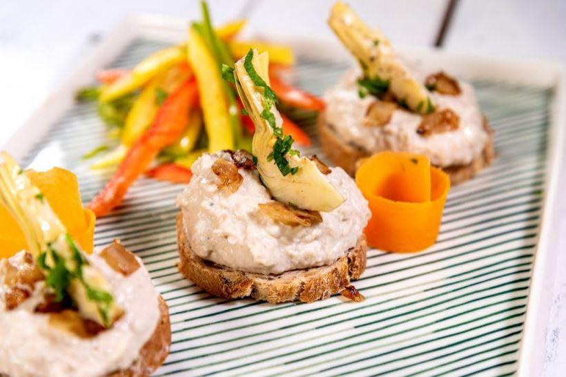 Cremă de avocado, roșii cherry, măsline și pâine integrală