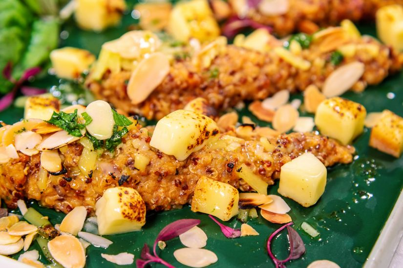 Quinoa cu pesto de vinete, fulgi de migdale și caș afumat
