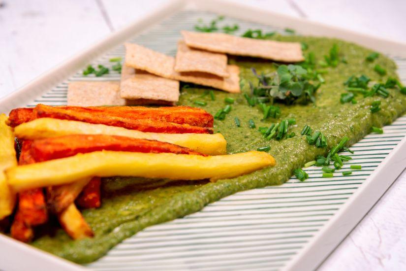 Pastă de vinete cu avocado și iaurt cu crackersi integrali și batonete de rădăcinoase