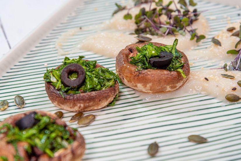 Ciuperci umplute cu spanac și măsline cu piure de țelină și mix de salata