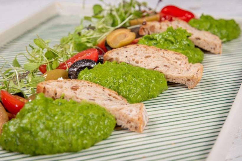 Spread din fasole albă cu anghinare,crudități și pâine integrală