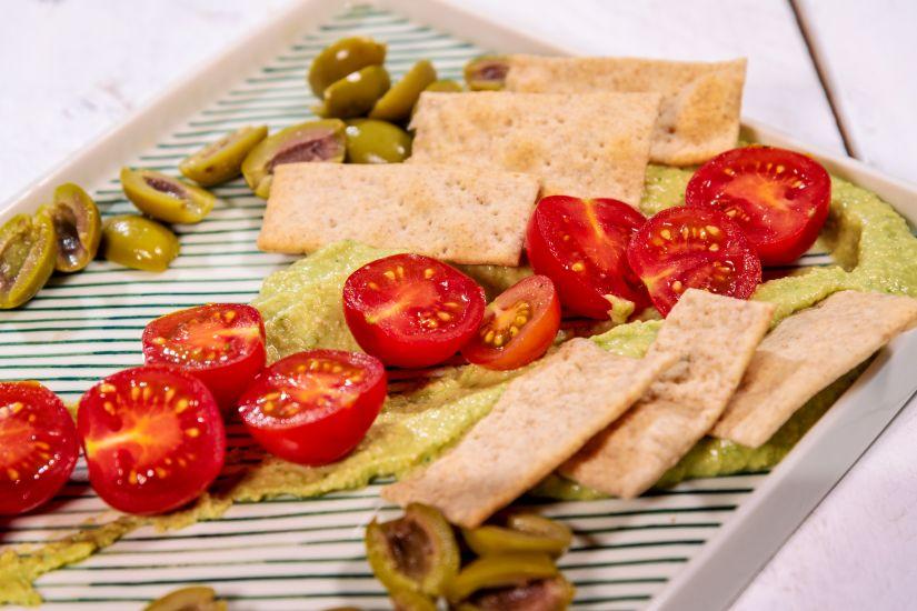 Hummus cu spanac, rosii cherry măsline kalamata și crackers integral