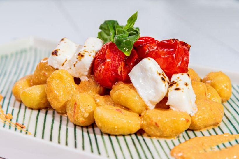 Tofu copt in sos de rosii cu salată de legume coapte