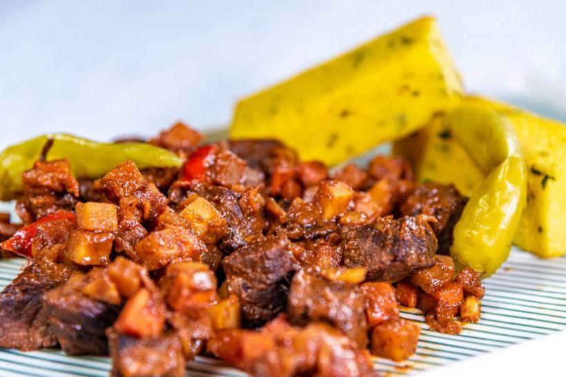 Mâncare de mazăre cu piept de de pui și frunze de salată