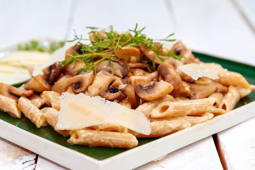 Penne integrale, ciuperci în sos de smântână și parmezan