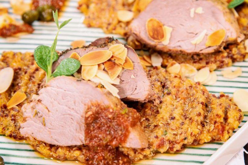 Piept de pui în sos de roșii cu legume la cuptor