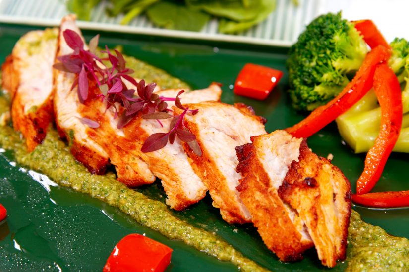Piept de curcan și broccoli cu pesto alla melanzane și salată de baby spanac cu lamâie
