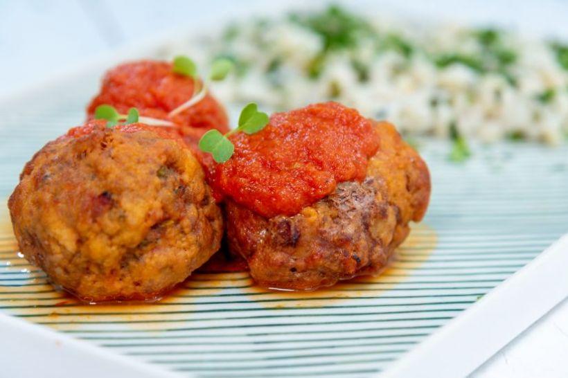 Pulpă de curcan, afumată cu mix salată, roșii cherry și cremă de brânză cu verdețuri