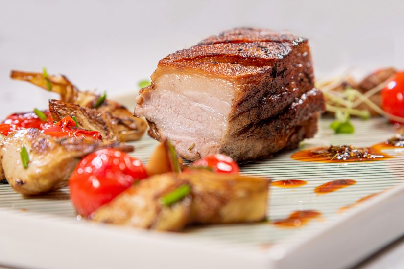 Piept de porc marinat cu anghinare si  roșii coapte