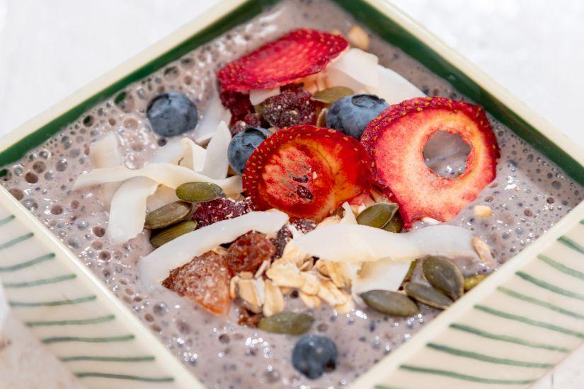 Amestec de fulgi de ovăz și semințe de dovleac cu fructe deshidratate, lapte de soia cu afine