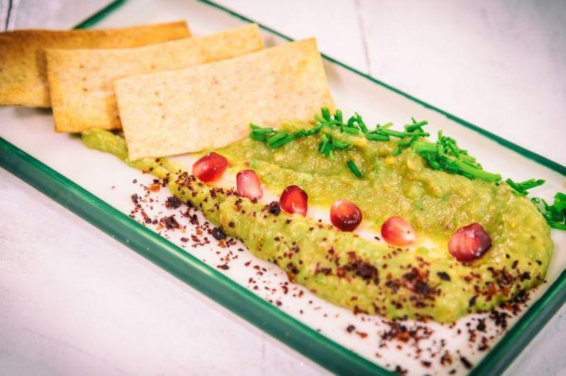 Salată de spanac cu struguri, tofu cu pesto verde, semințe de dovleac, dressing de portocale