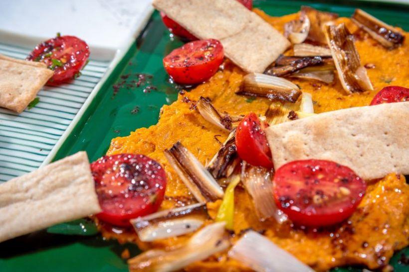 Humus cu cartofi dulci, măsline verzi si pâine integrală