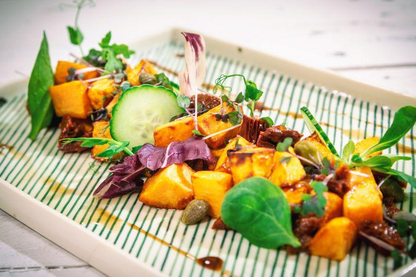 Cartofi dulci cu roșii uscate și capere, amestec de salată cu castraveți si dressing balsamic