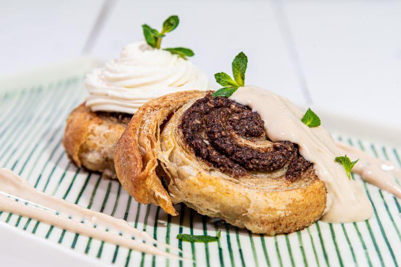 Cinnamon rolls din făină integrală, umplutură de nucă pecan și cacao si caramel de curmale
