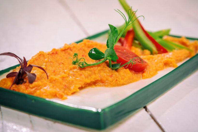 Wrap cu hummus și legume la grill, roșii cherry și măsline