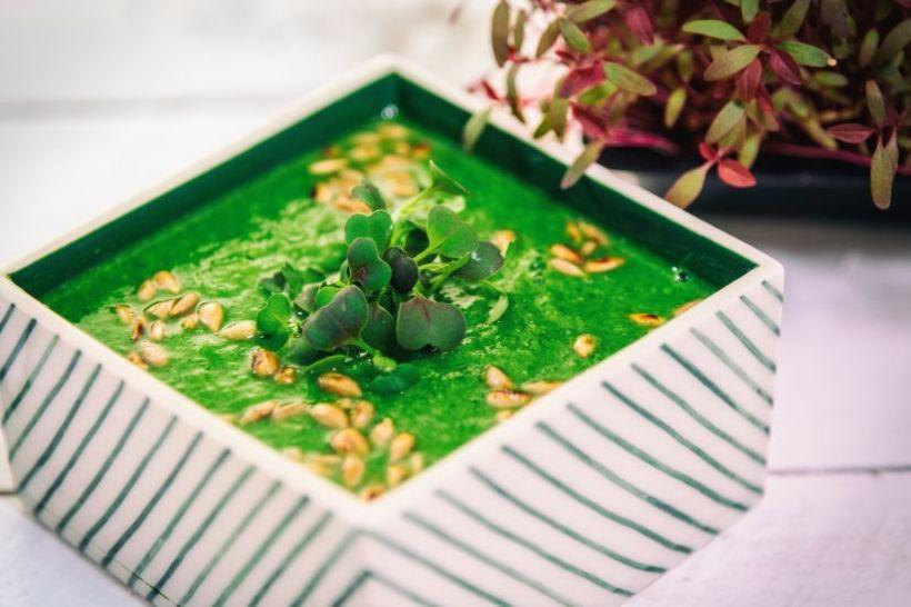 Salată de anghinare cu ardei și usturoi, baby spanac și muguri de pin