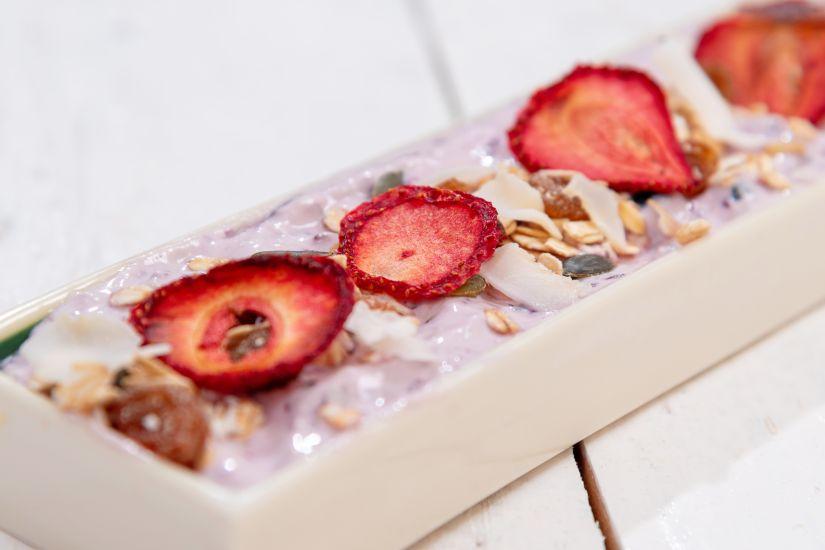 Amestec de fulgi de ovăz, semințe de dovleac cu fructe deshidratate și iaurt  cu afine