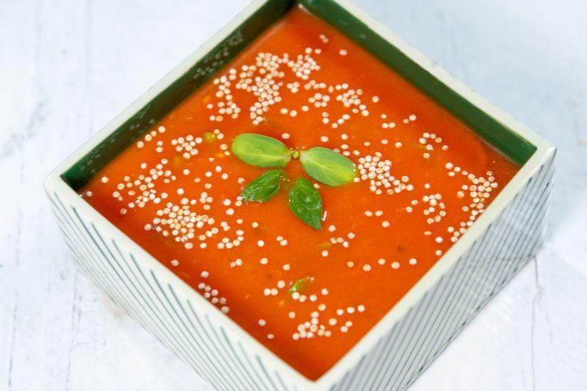 Supă cremă de roșii cu busuioc proaspăt și amaranth