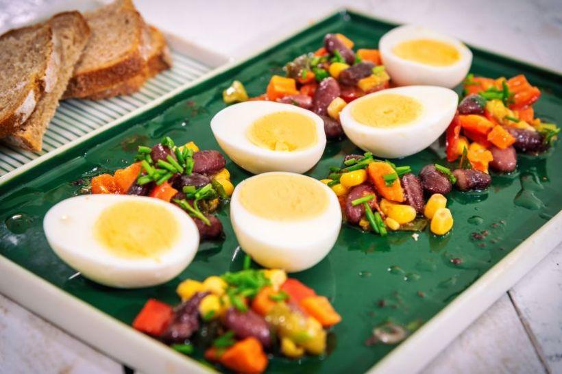 Spread de linte roșie cu roșii deshidratate cu ardei multicolor și pâine integrală