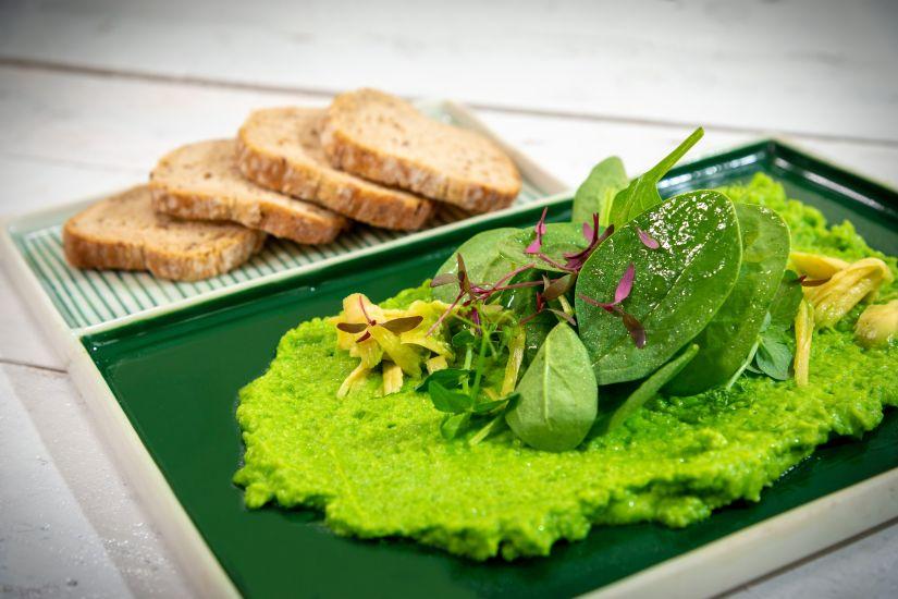 Spread de mazăre cu avocado, pâine integrală