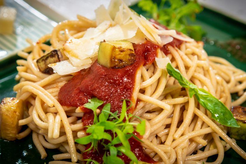 Spaghette cu sos de roșii și dovlecei, busuioc și mozzarella cu parmezan