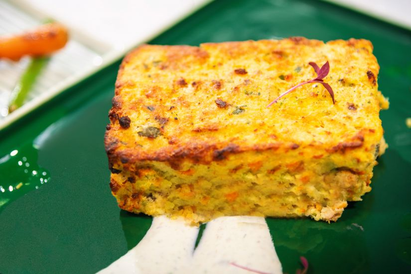 Plăcintă de pește cu sos de capere, baby morcovi cu fasole verde in unt
