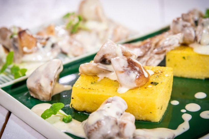 Slaw de cartofi mov, ou fiert, castraveți murați și sos de mustar