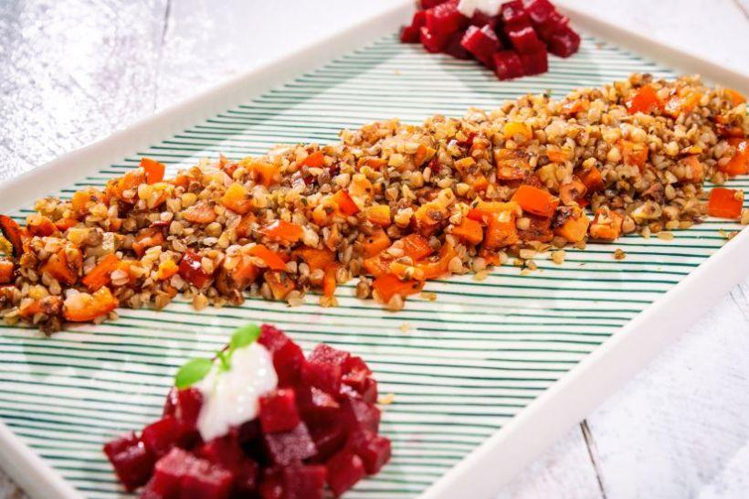 Ghiveci cu legume și quinoa, conopidă la cuptor cu semințe de cânepă