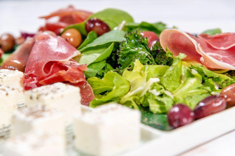 Salată cu prosciutto si branza de capra