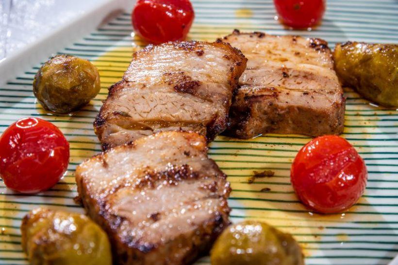 Mâncare asiatică de vită cu coleslaw și orez din  conopidă