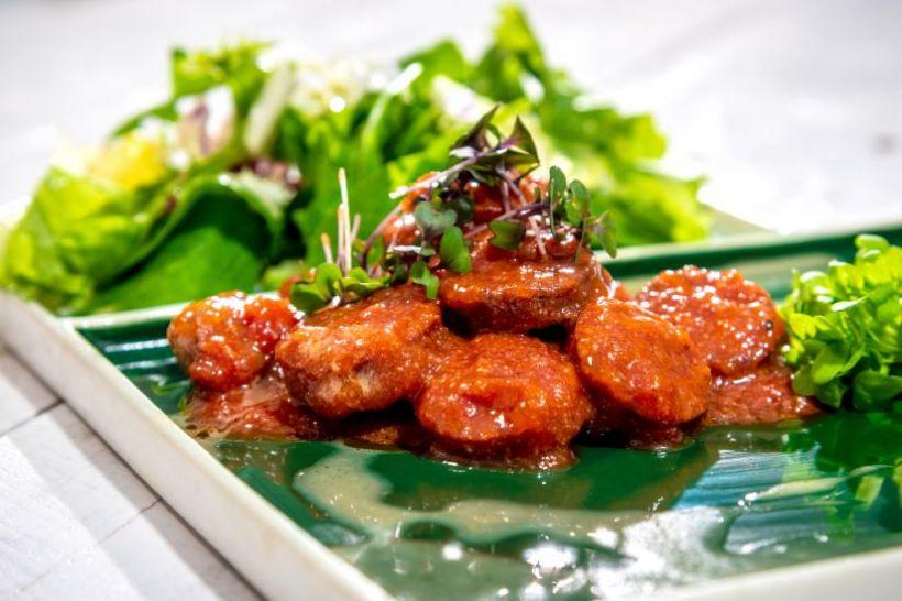 Paprikaș de pui cu salsa de avocado,roșii uscate,anghinare
