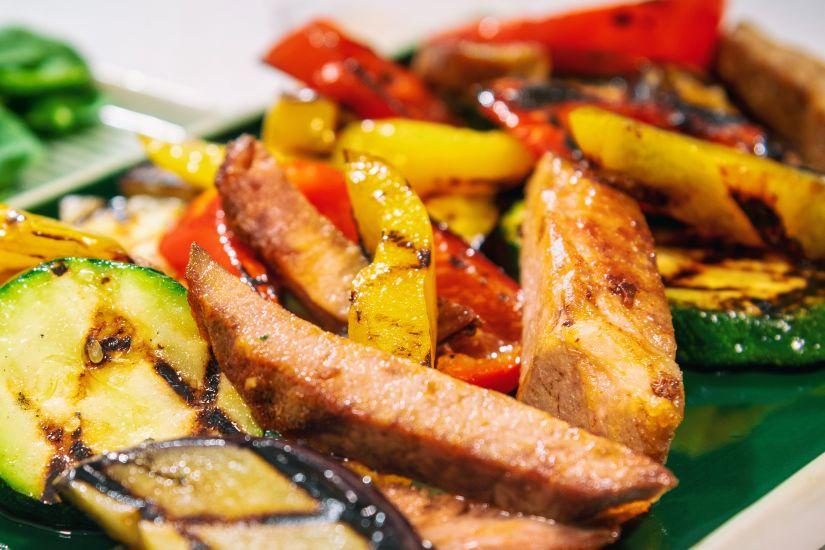 Ceafă de porc la cuptor cu dovlecei,vinete,ardei pe grill