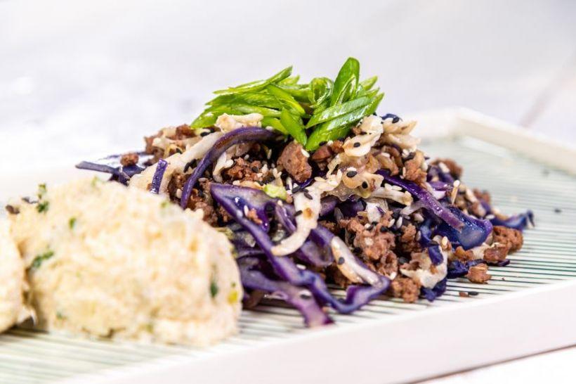Piept de porc marinat cu varză de Bruxelles și roșii coapte