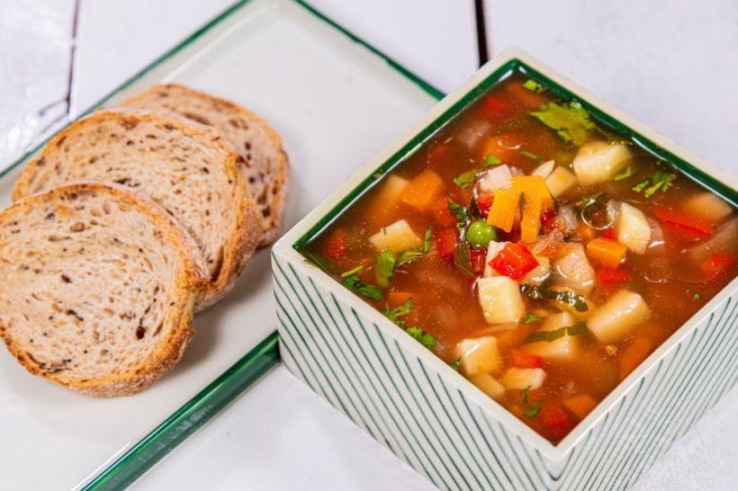 Supă cremă de cartof cu infuzie de tarhon și mentă cu semințe de susan