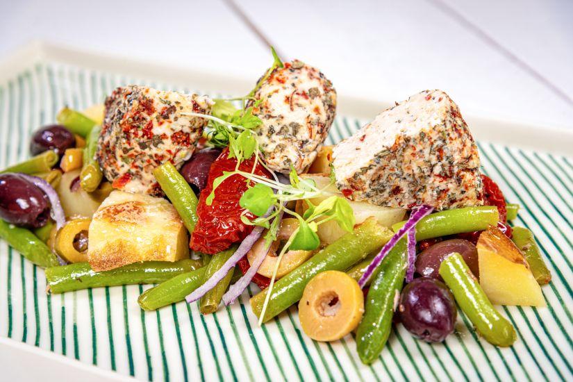 Salată Nicoise reinterpretată cu dressing de muștar si brânză de caju cu ierburi italiene
