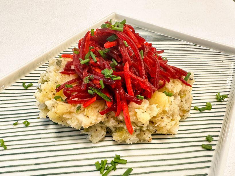 Salată de cous cous cu spanac, tofu cu ardei, mentă, alune de pădure și dressing de iaurt din soya
