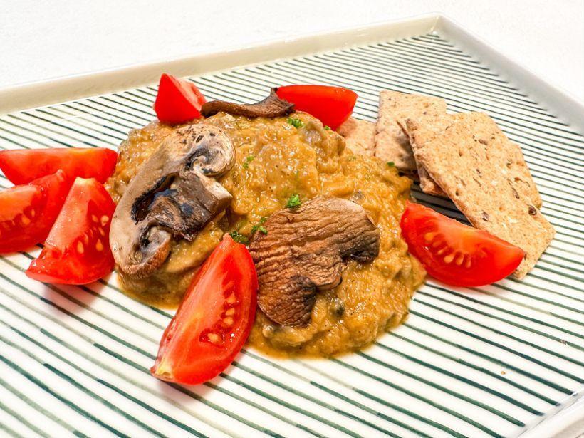 Ardei kapia copți, byesar și pâine integrală cu maia
