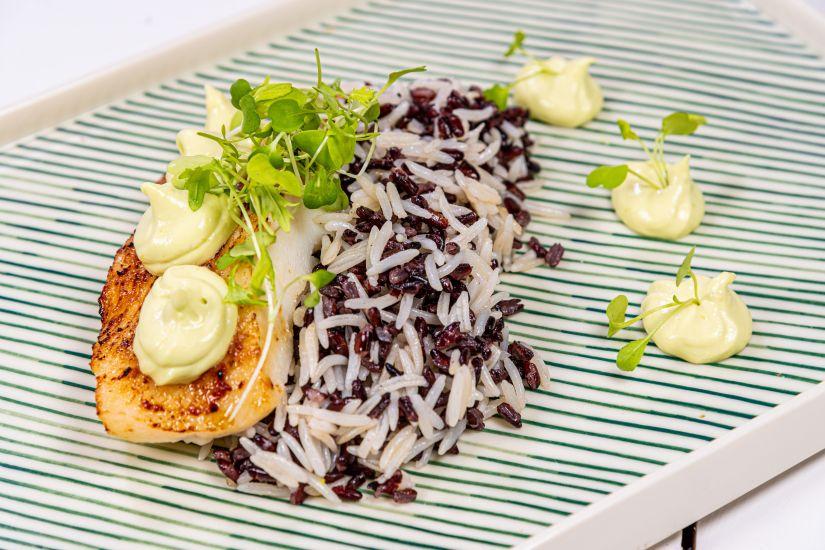 Halibut cu miso, maioneză de avocado cu mix de orez alb și negru și ardei Pimiento de Padron