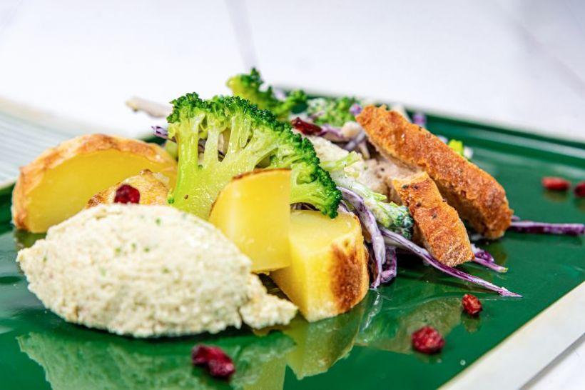 Perle de brânză cu oregano și chia, ardei capia copți, byesar și pâine integrală