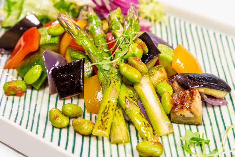 Edamame la aburi cu sparanghel, conopida Romanesco, mix de salată si dressing lămâie
