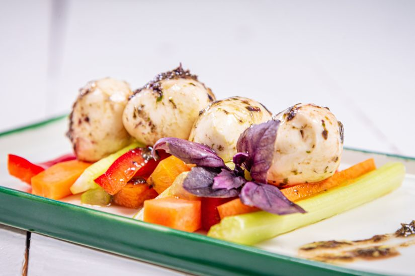 Biluțe de mozzarella cu pesto de busuioc și legume proaspete
