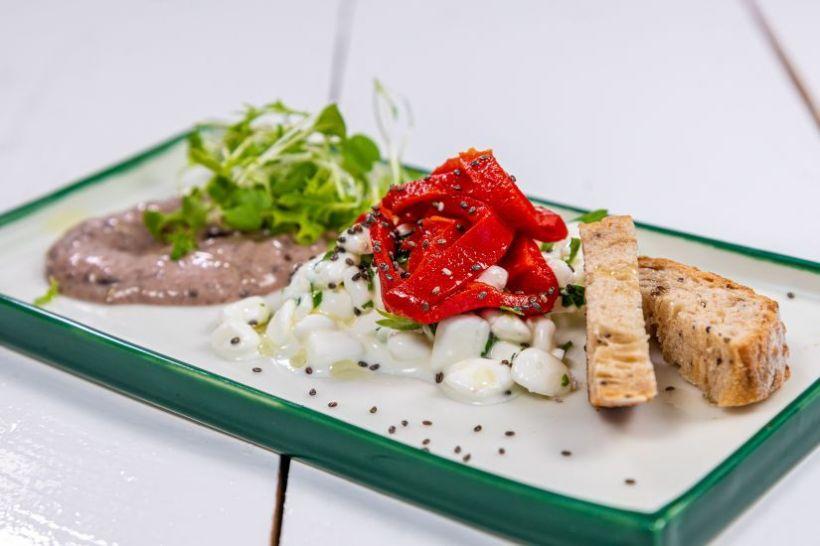 Cartofi copți, feta vegană cu lapte de cocos și coleslaw de broccoli