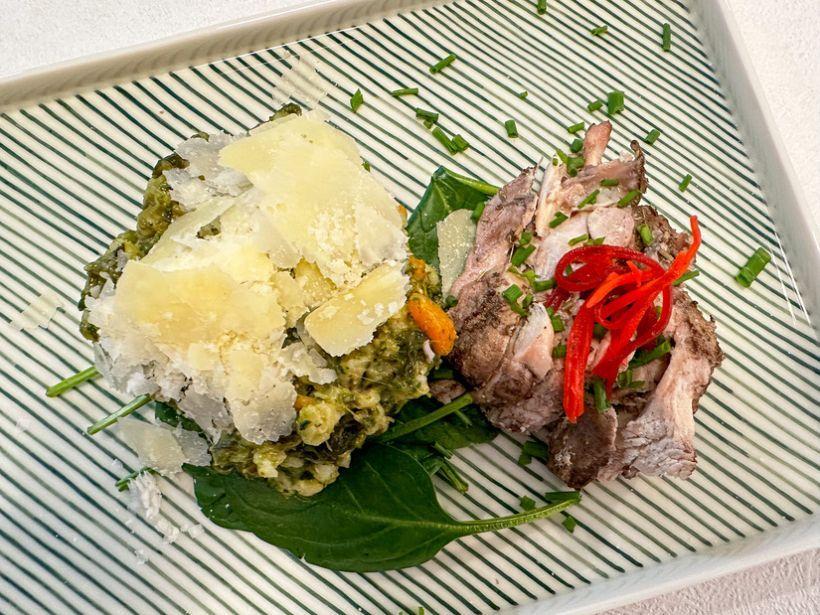 Mâncare napoletană cu calamari și bruschetă cu usturoi